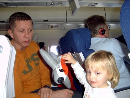 Na letalu z otrokom (3)
