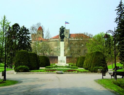 Park Kalemegdan z vojnim muzejem v ozadnju