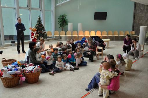 Objemčki in otroci v avli pediatrične klinike Lj