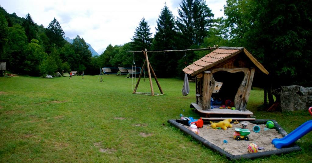 otroško igrišče z velikim peskovnikom in pravljično hiško