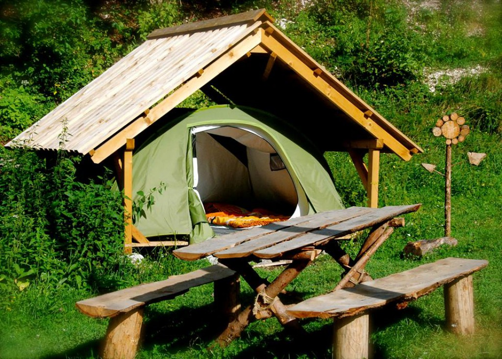 Soška Postelja - odprta lesena hiška s šotorom
