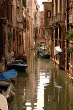Vodni kanal s čolni