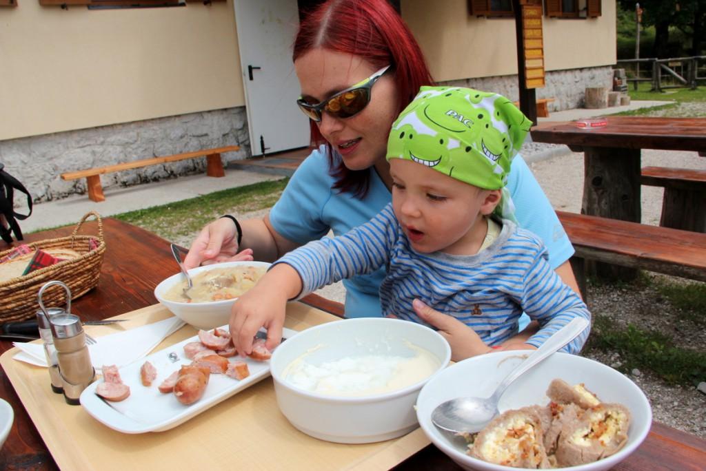 V koči pripravijo otroku primerne porcije. (F: Manca Čujež, PZS)