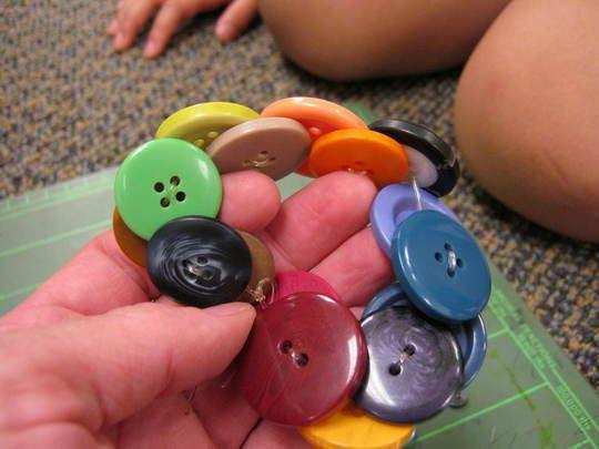 Slika 8: Zapestnica iz gumbkov
