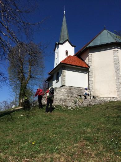 Pri cerkvici je lep razgled na ribniško dolino in Travno goro.