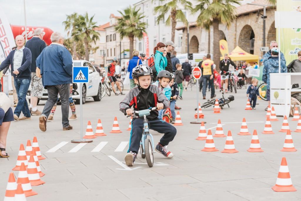 Otroci se bodo lahko preizkusili na kolesarskem poligonu.