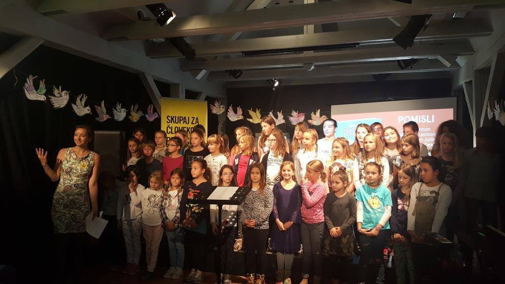 Pesem Pomisli je zapel otroški zbor Rock mulčki z OŠ Nove Jarše.