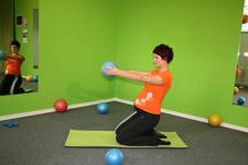 Pilates nihanje kleče - končni položaj