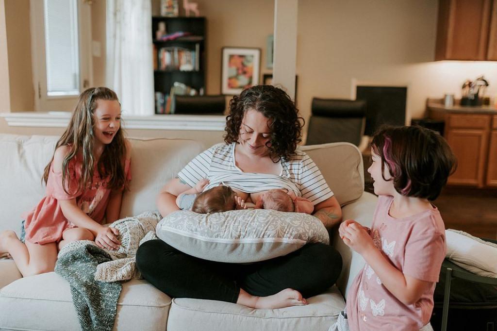 Лудо, мајка дои две бебиња одеднаш!