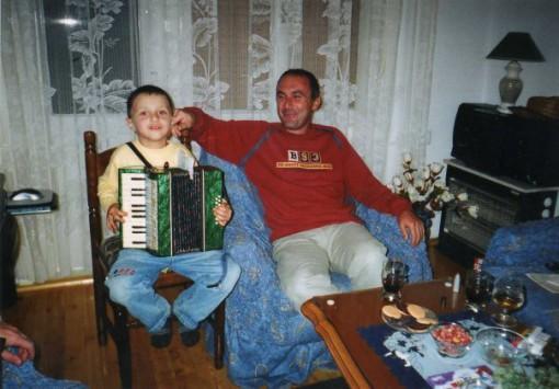 Јован свири на хармоника