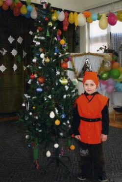Јован покрај новогодишната елка