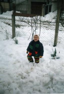 Јован му се радува на снегот