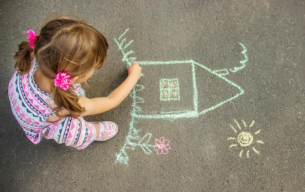 Risanje s kredo je odlična rešitev za vse tiste trenutke, ko otrok ne ve, kaj naj zunaj počne.