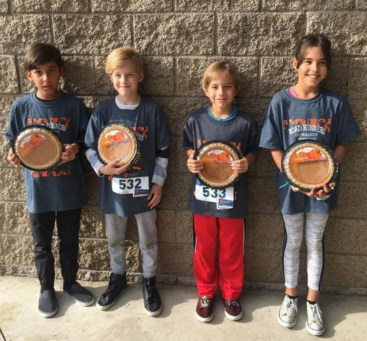 Isaiah (skrajno levo) je bil strašno ponosen, da se je znašel med zmagovalci.