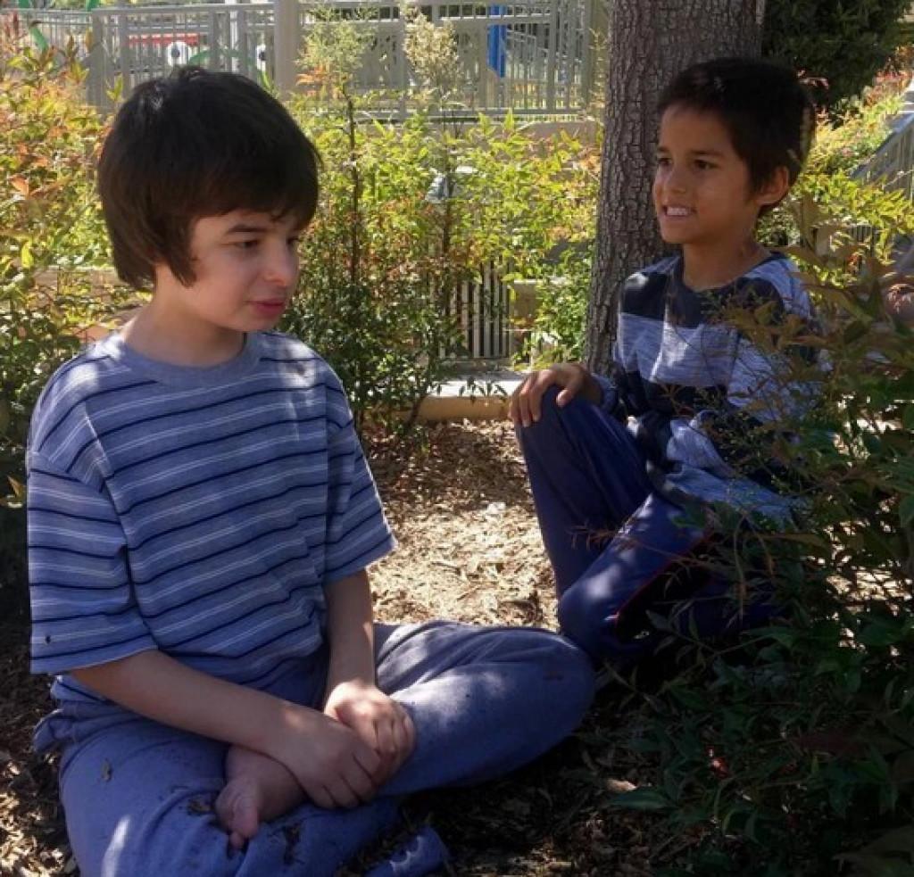 Kamorkoli gre Aidan (levo), mu Makai sledi.
