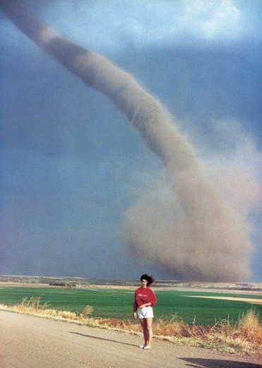 Tole je ena najbolj divjih fotografij, kadarkoli posneta. Audra Thomas, ki je bila na fotografiji, ni bila poškodovana, na žalost pa je tornado uničil njihovo posestvo (FOTO: reddit.com)