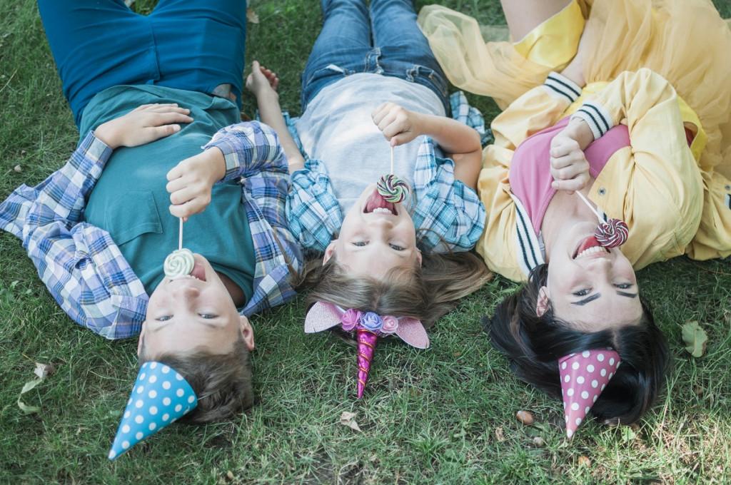 Bistvo družine je, ... ko se lahko v njej zabavaš, počneš norčije in raziskuješ svet tudi obrnjen na glavo. (Foto: Pexels)