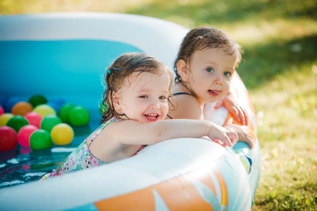 Vodna zabava je seveda obvezen element otroškega in sproščenega poletja - ob morju ali doma v bazenčku. (Foto: Freepik)
