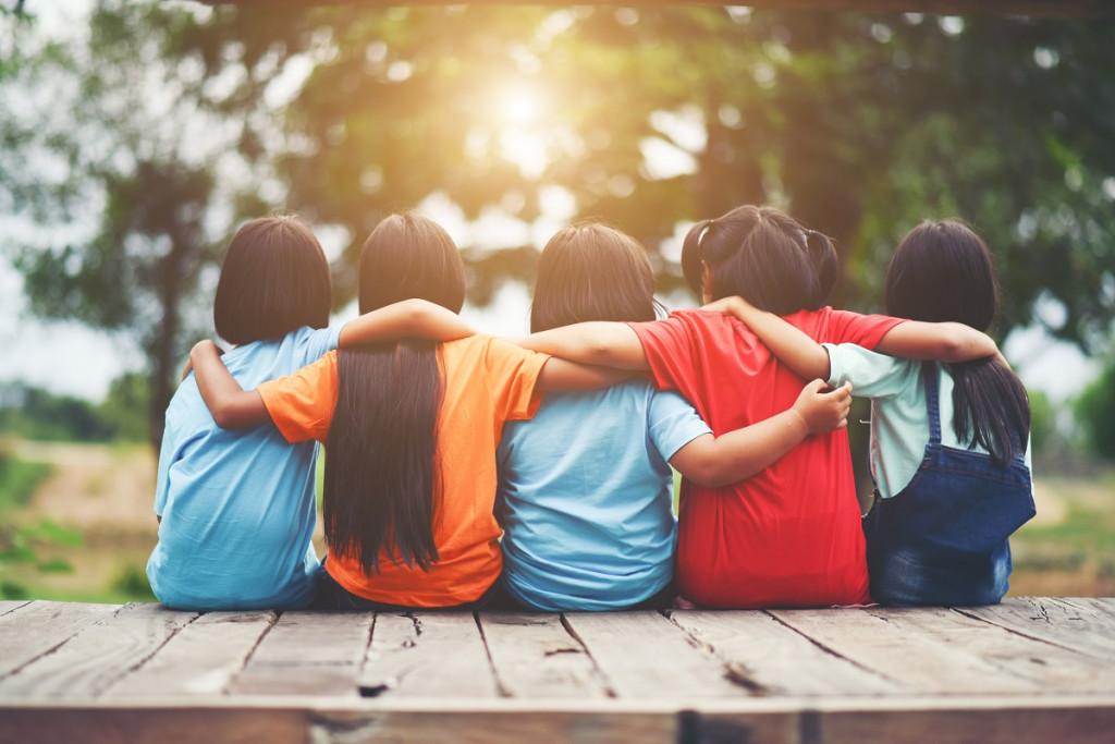 Tudi v aktivnem poletju si je treba vzeti čas za prijatelje in zdravilne objeme. (Foto: Freepik)