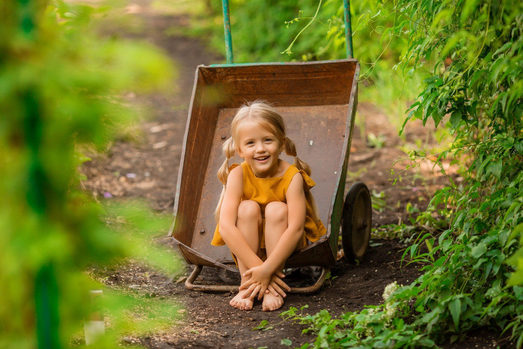 Poleti obvezno sezujmo čevlje in se čim več zemljimo. (Foto: Freepik)
