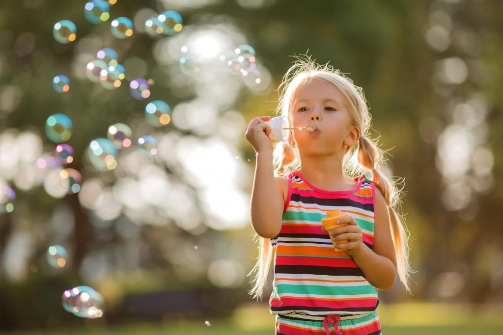 Mami, greva delat balončke? Ena piha, druga jih mora čisto vse poloviti! (Foto: Freepik)