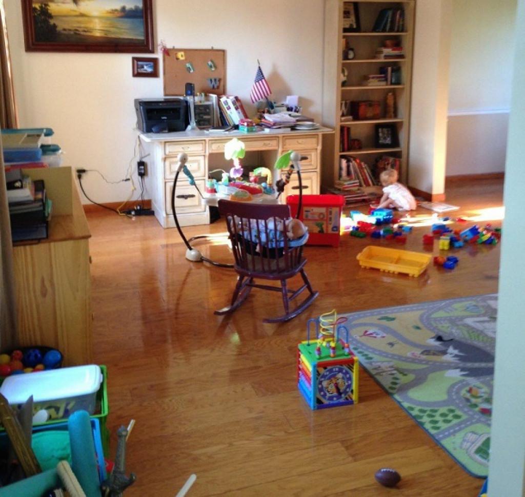 Jasno je, da ta otrok potrebuje še več igrač s police.