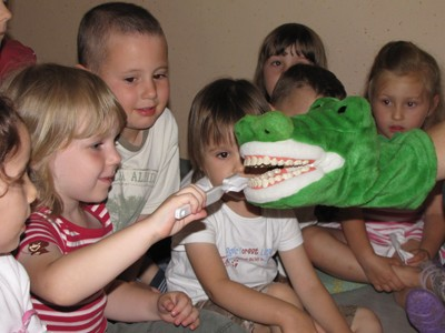 Umivanje zob krokodilu Viliju.