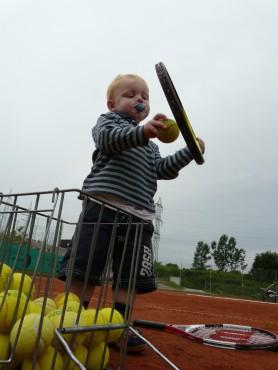 Mogoče bo čez 10 let profesionalni igralec tenisa?