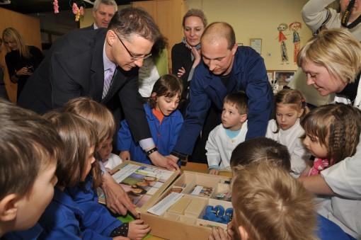 Minister Lukšič z otroki