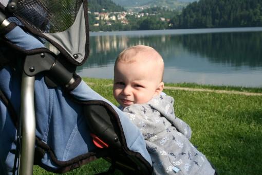 Pri nas voziček poganjam kar jaz :)