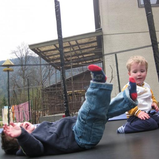 Gaj in Jaš - zabava na trampolinu