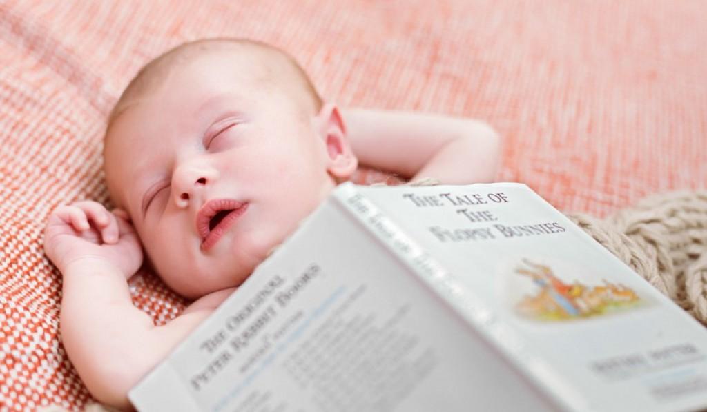 Tudi spečemu dojenčku lahko zapojete pesmico.