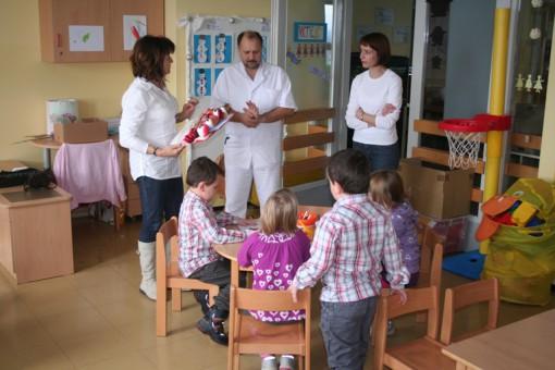 Osebje v bolnišnici bo Objemčke razdelilo otrokom
