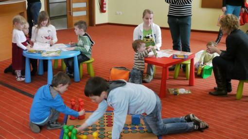 Skozi jutranjo igro so se otroci hitro zbližali.