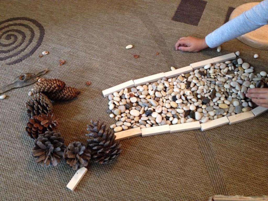Igrajmo se z naravnimi materiali! (Foto: arhiv Zeleni prstki)