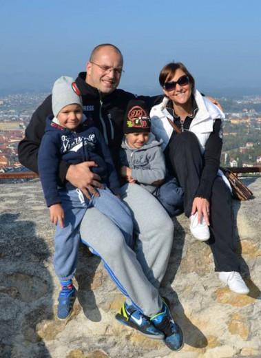Mamica Nadja, ati Andrej, 4 letna dvojčka Maks in Miha