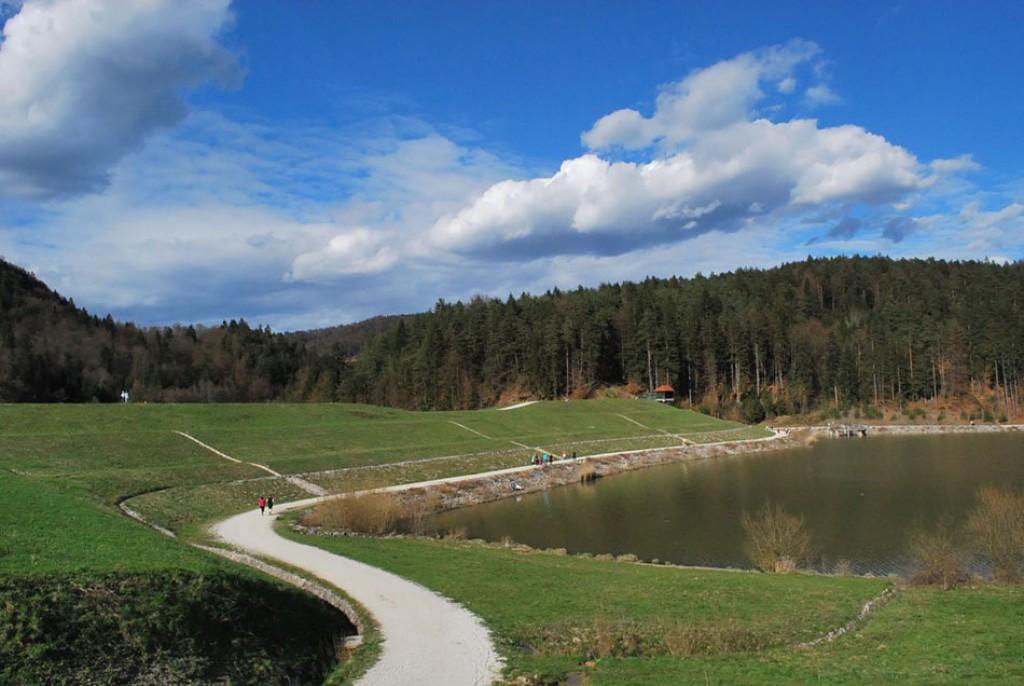 Razgibana pokrajina ob jezeru (F: vnaravi.si)
