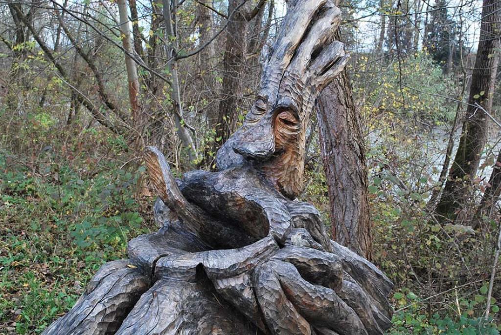Zanimive skulpture ob poti