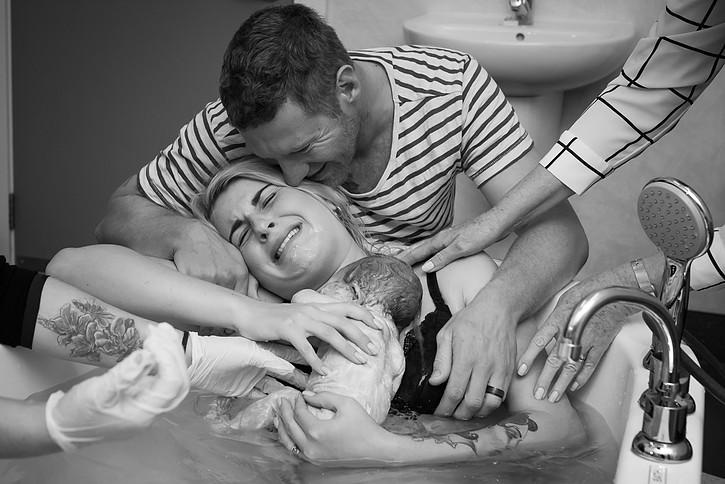 Ljubezen nove družine, ujeta na fotografijo.