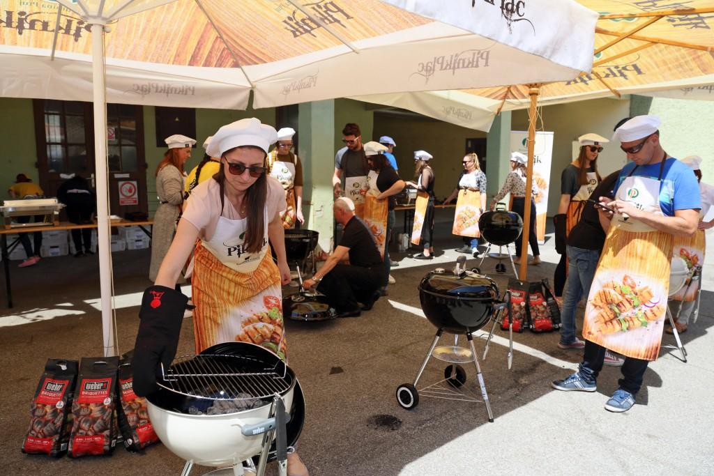 Blogerka Urška Fartelj (220 stopinj poševno) v žar akciji.