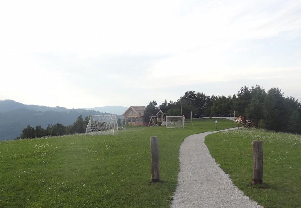 Nogometno igrišče in igrišče za odbojko za športne navdušence.