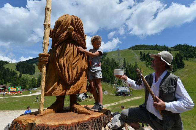 Na poti boste srečali 16 lesenih skulptur, izdelanih z žago.