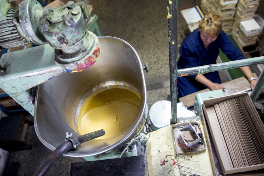 Barva za polnjenje temper Jolly v tovarni AERO
