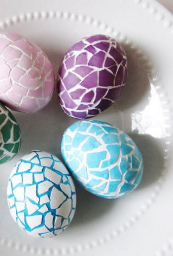 Koščke zlomljene jajčne lupine nalepite na pirhe.