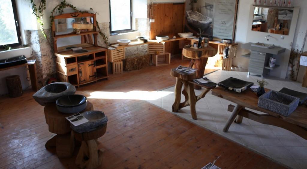 V ateljeju v Zagradcu si lahko ogledate izdelke iz kamna Meduzza.