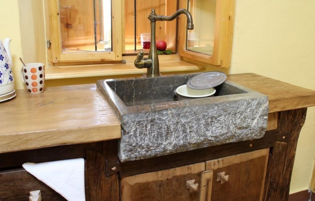 Rustikalna kuhinja - kamnito korito v kombinaciji z lesom.