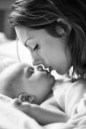 Ujet mamin poljub neskončne materinske ljubezni