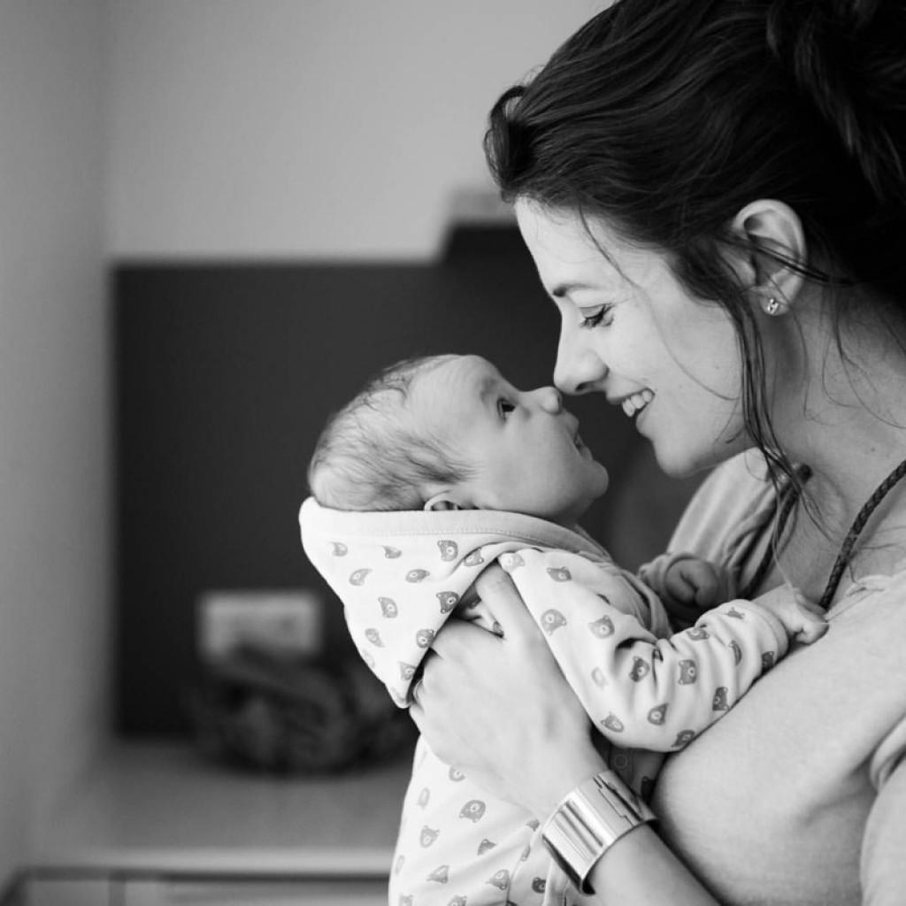 Ko se dojenček utaplja v maminih očeh ...