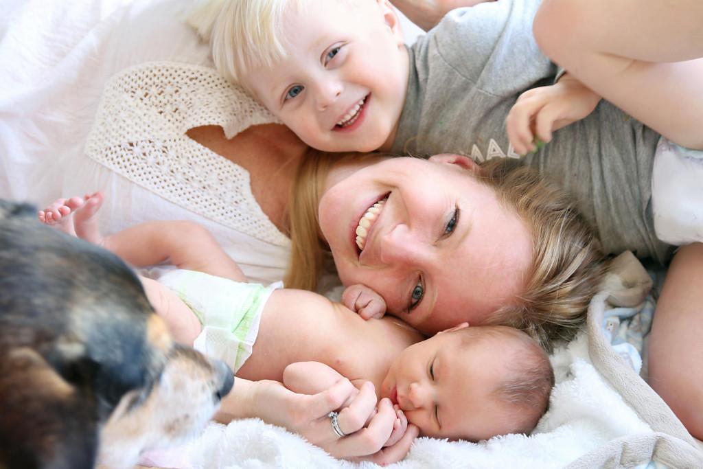 Presrečna mama z vsemi svojimi otroci