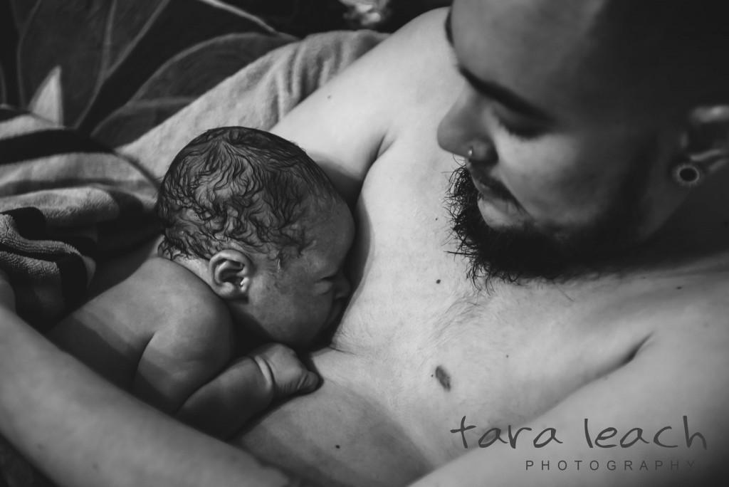 Tudi transseksualni očetje lahko dojijo, čeprav imajo odstranjene dojke.